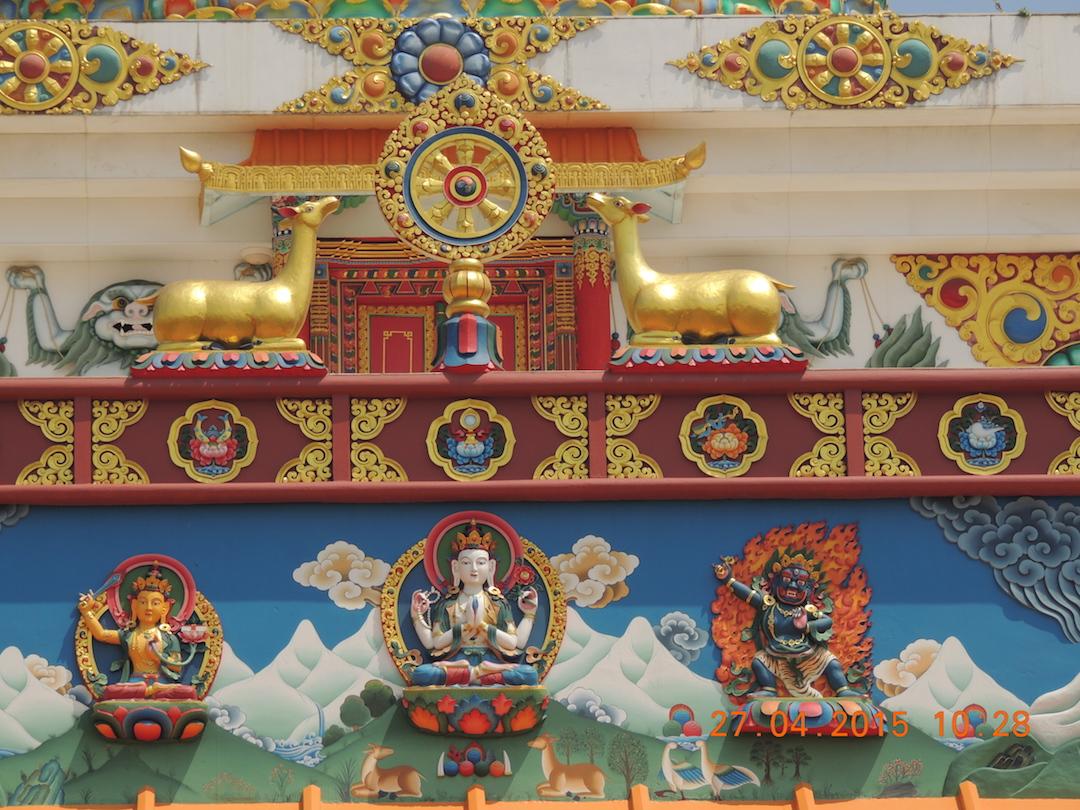 Roata Dharmei incadrata de doua caprioare